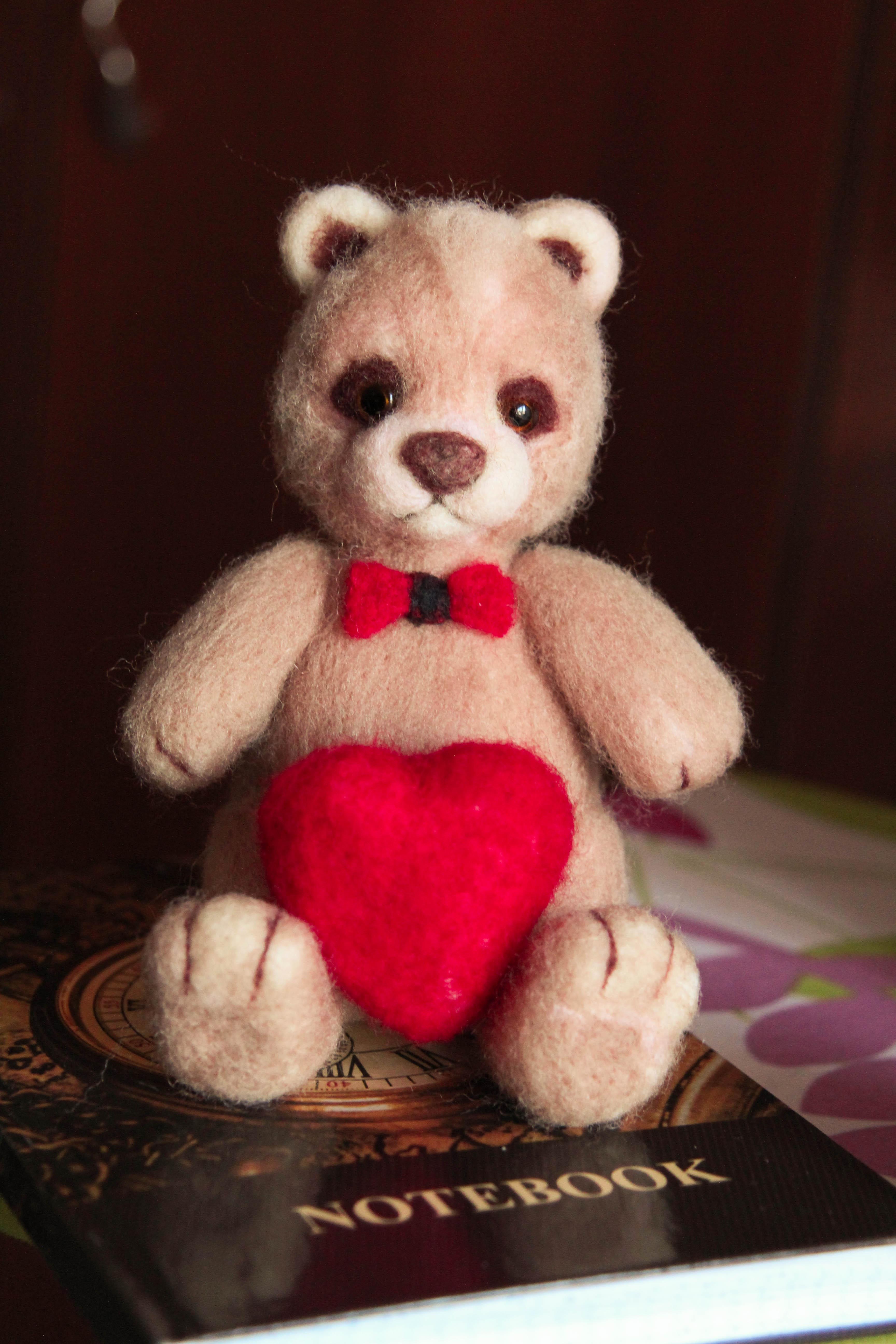 Влюбленный мишка с сердцем из шерсти