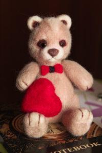 Авторская игрушка из шерсти. Медведь. Мишка с сердечком. Валяние