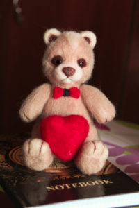 Игрушки из шерсти. Медведь. Подарки. Мишка с сердечком