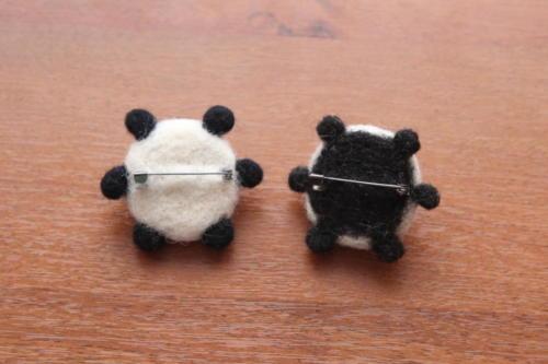 панды из шерсти брошки